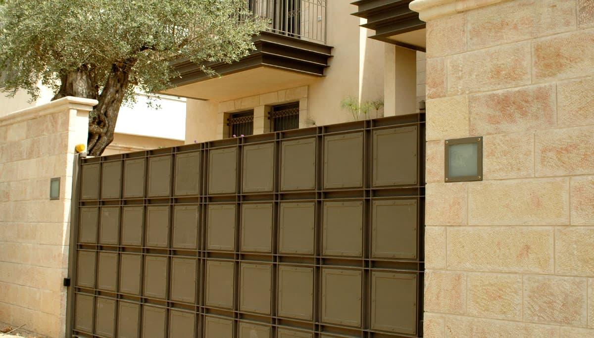 שערים חשמליים מברזל בסגנון מודרני