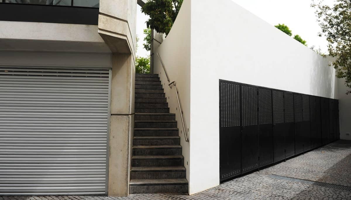 מדרגות ברזל ודלתות ברזל למחסנים