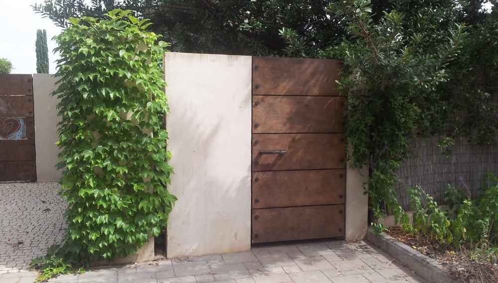 שער כניסה לחצר הבית עיצוב ברזל חלודה