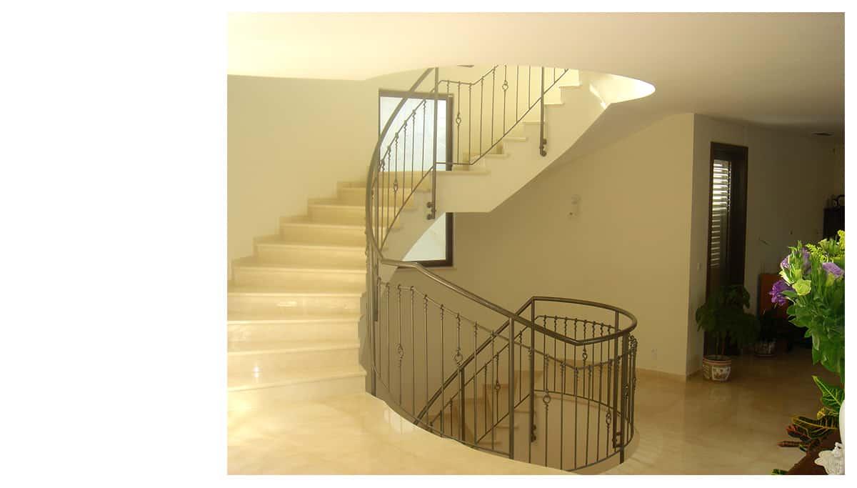 מדרגות לבנות עם מעקות ברזל