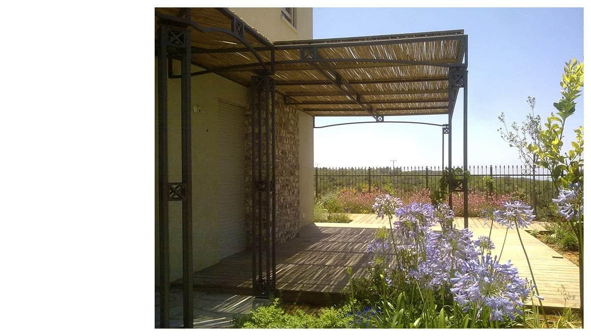 פרגולה בחצר בית ברמלי שילוב ברזל ועץ