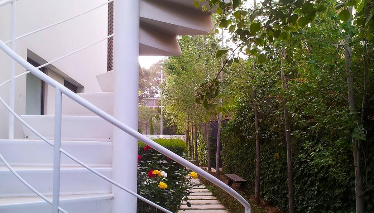 מדרגות ברזל לבנות בחצר הבית