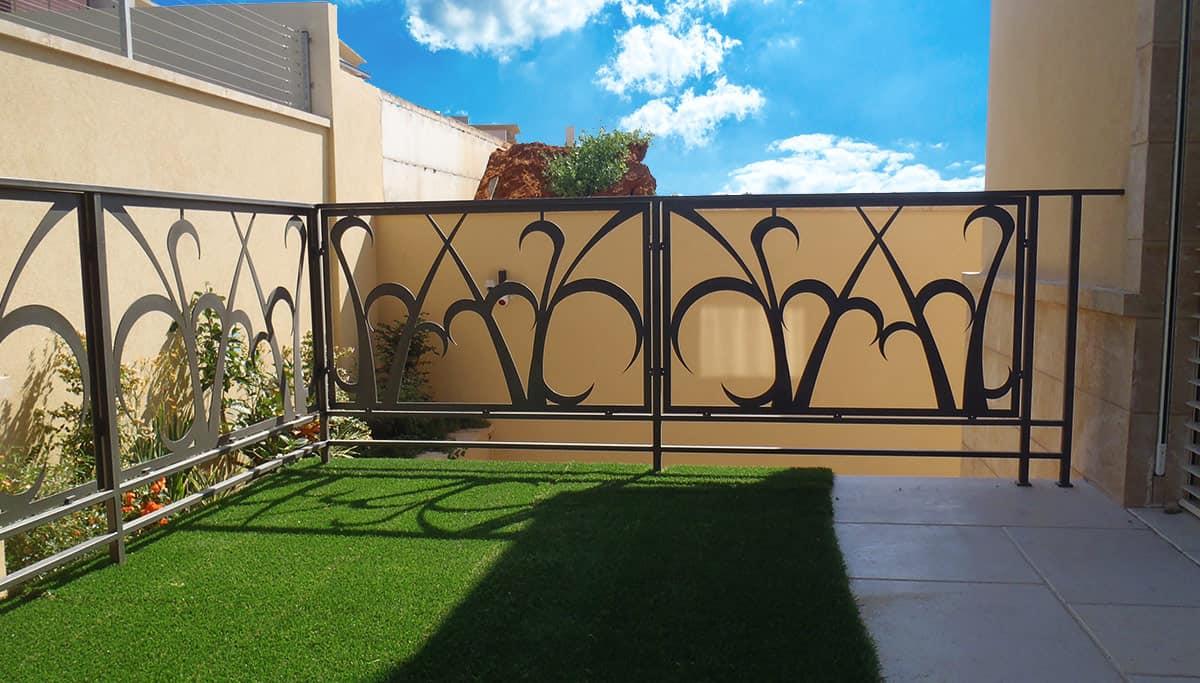 שער כניסה מעוצב בברזל לחצר הבית