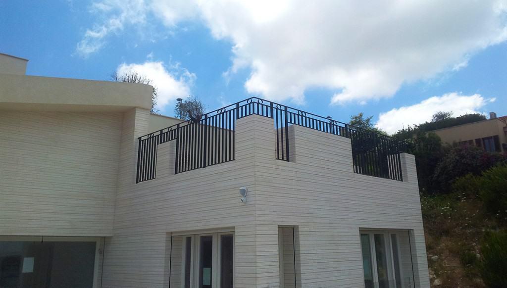 מעקות ברזל במרפסת