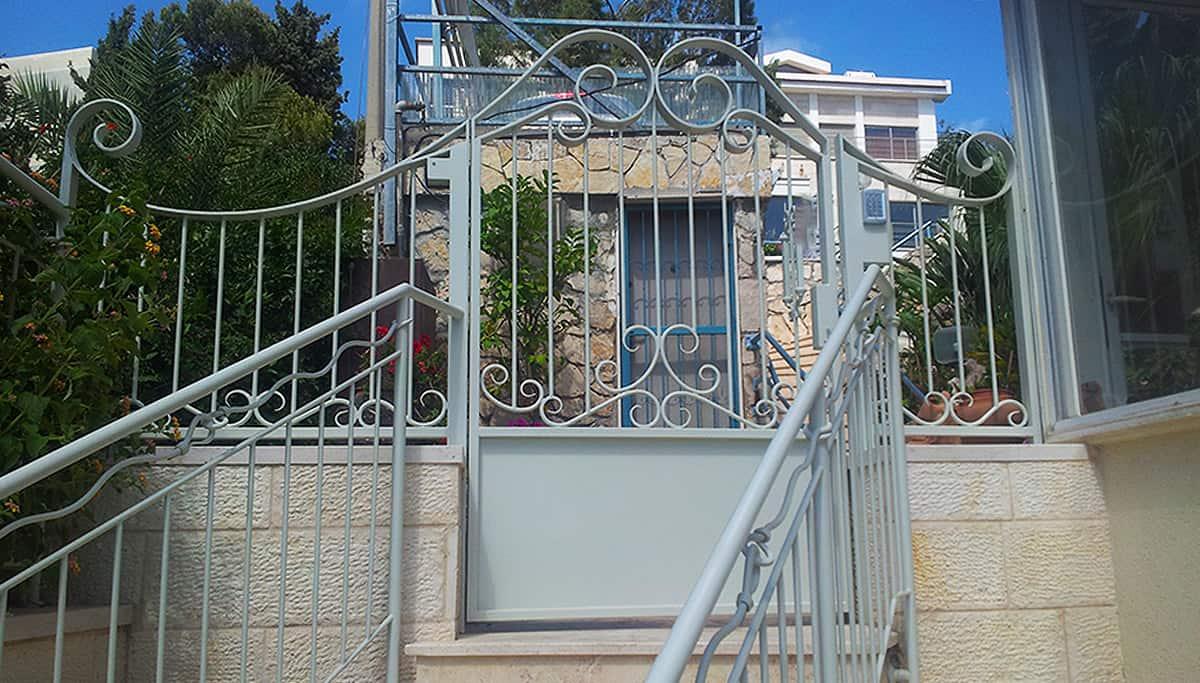 שער כניסה מעוצב לחצר