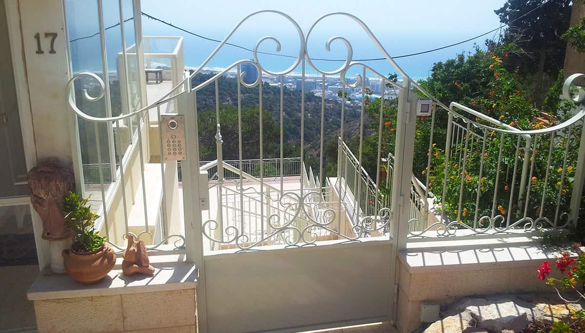שער כניסה מעוצב לחצר הבית עם נוף לים