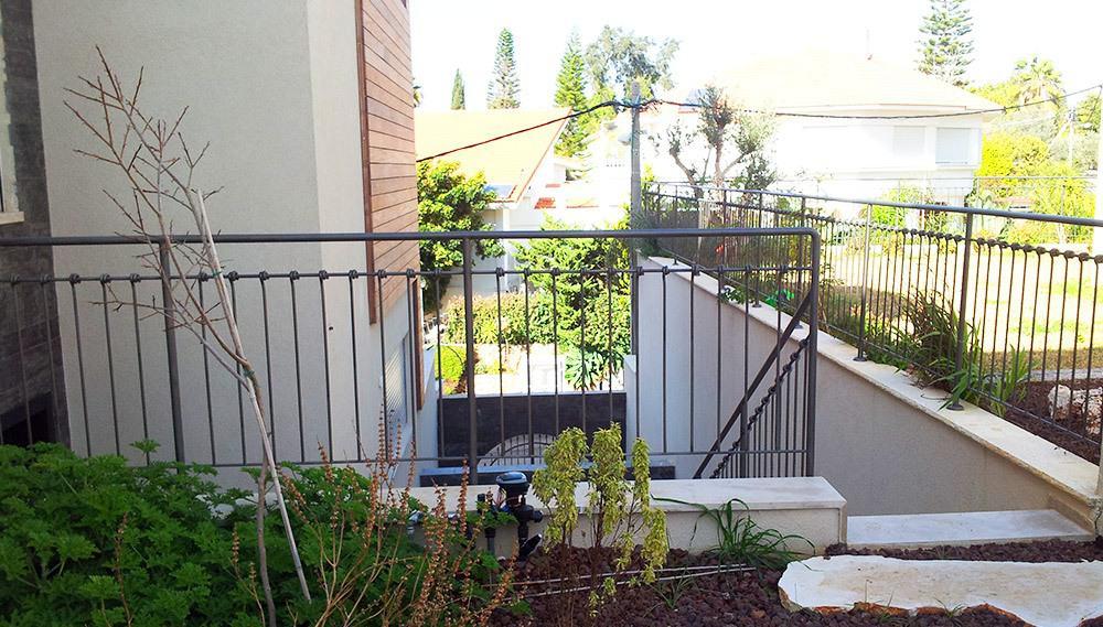מעקות ברזל מעוצבות בחצר הבית