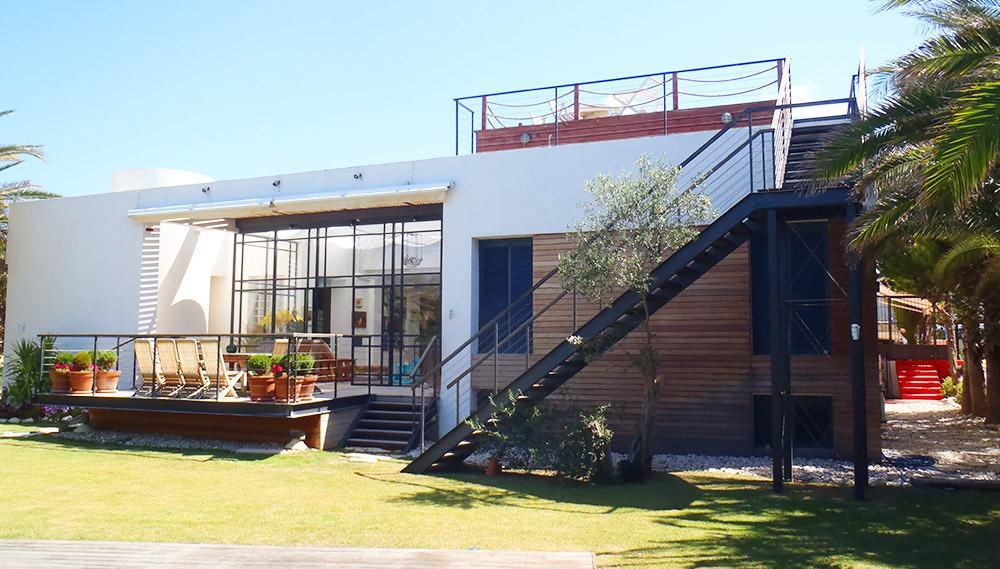 מדרגות ברזל בחצר הבית