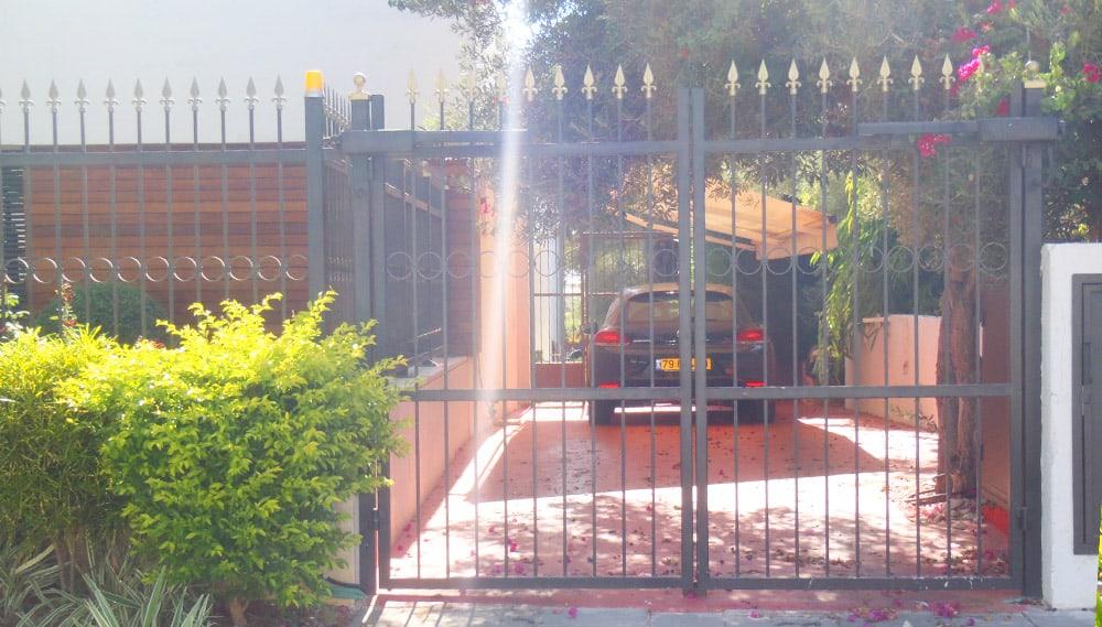 שער חניון מעוצב בברזל
