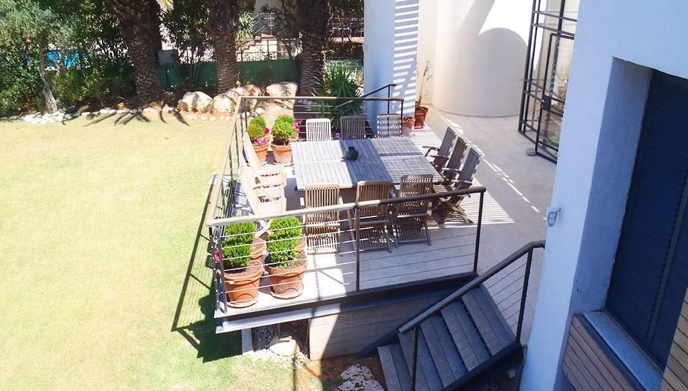 מרפסת וחצר הבית