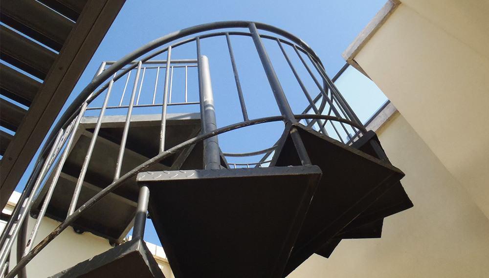 מדרגות ברזל לולייניות בצבע שחור