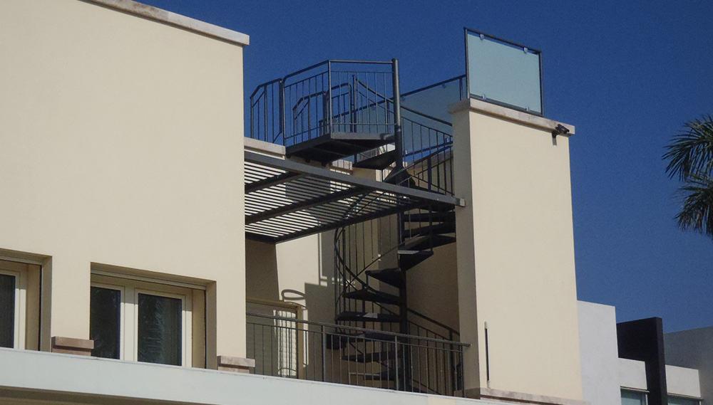 מדרגות ברזל לולייניות מחוץ לבית
