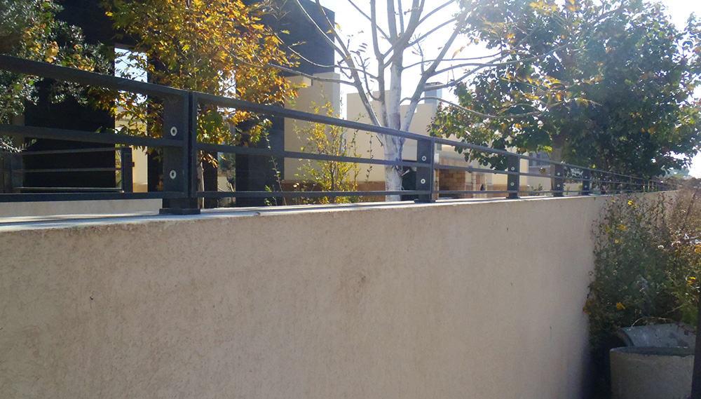 גדר ברזל מסביב לחצר הבית