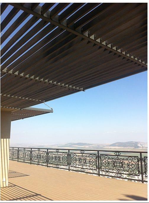 פרגולה לבנה להצללה במרפסת