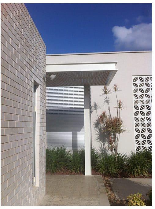 פרגולה לבנה בכניסה לבית