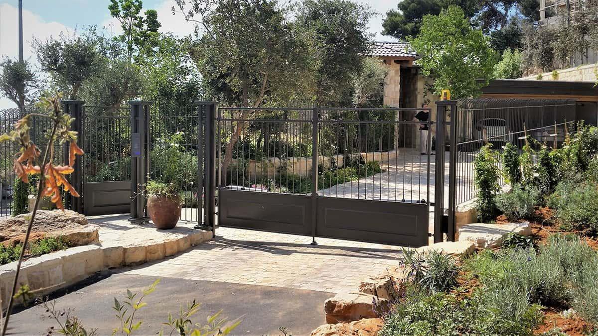 שער הכניסה לחצר