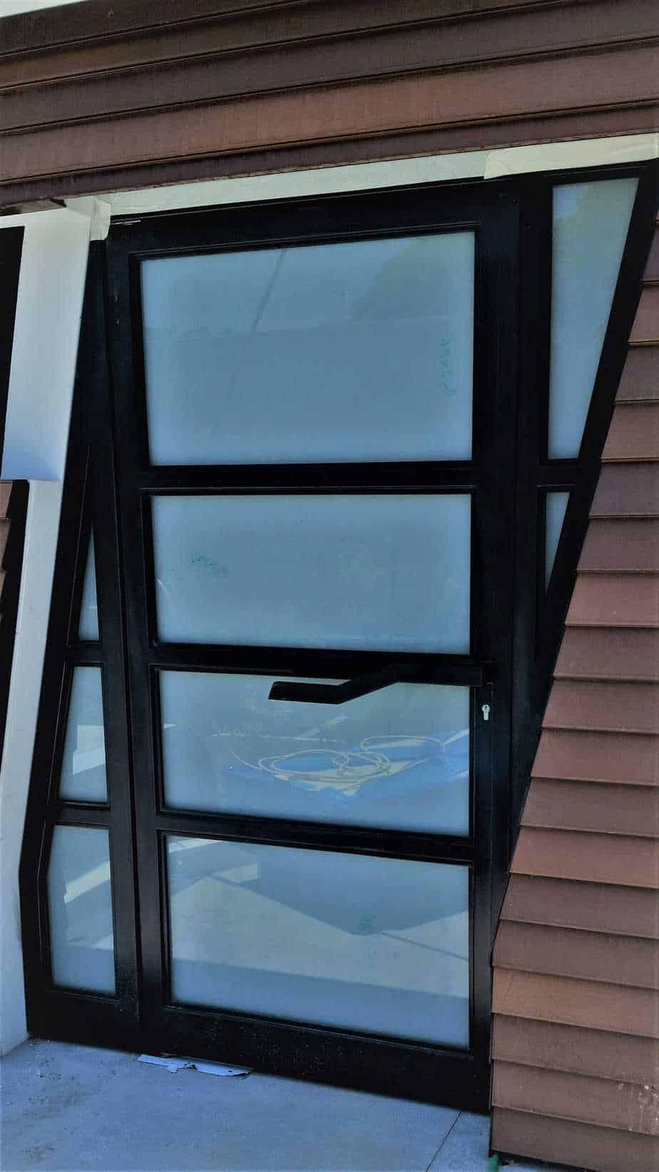 דלת מעוצבת בברזל בשילוב זכוכית