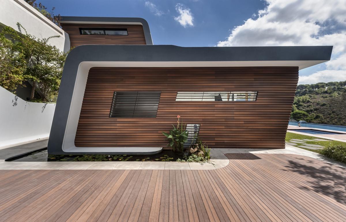 בית בחיפוי מתכת בשילוב עץ