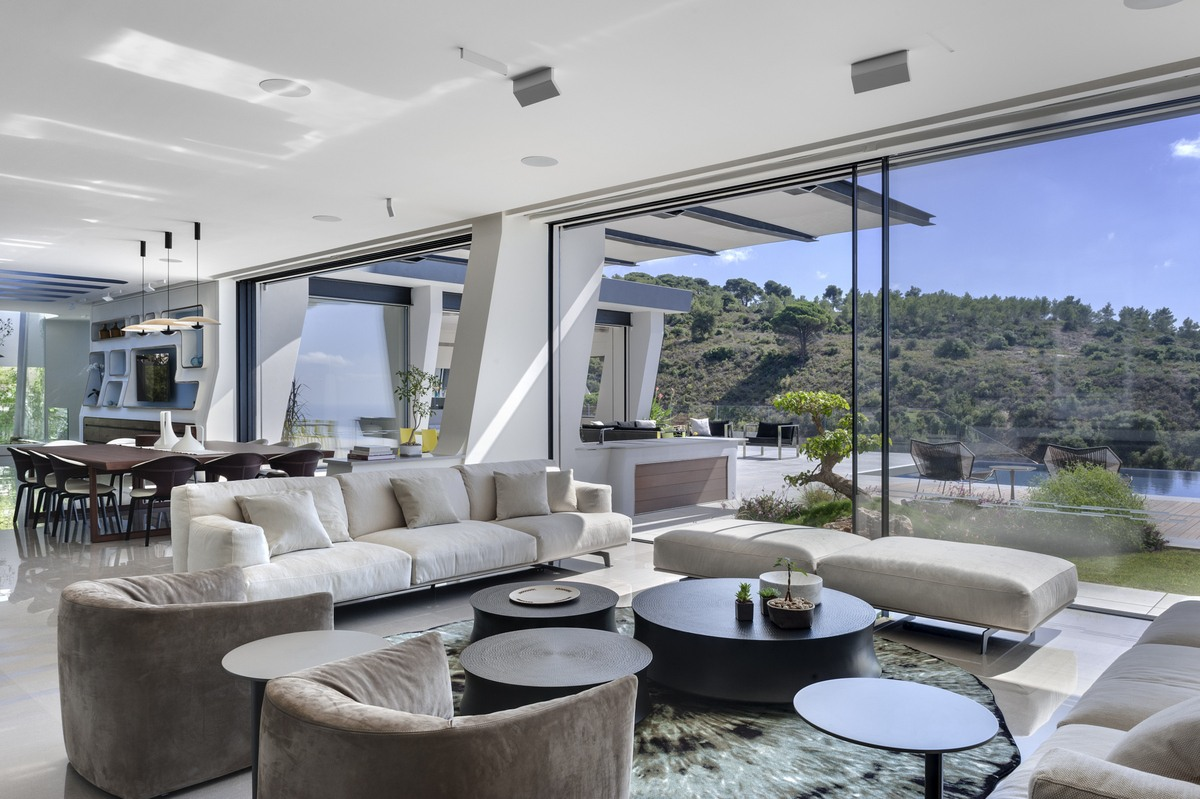 סלון בית אקהוייז עם נוף להרי הכרמל
