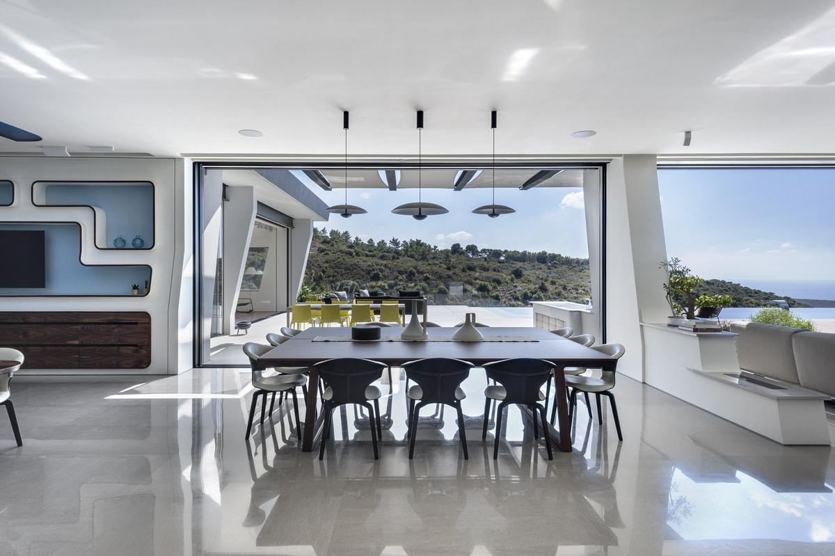 שולחן אוכל בסלון בית אקהוייז עם נוף להרי כרמל