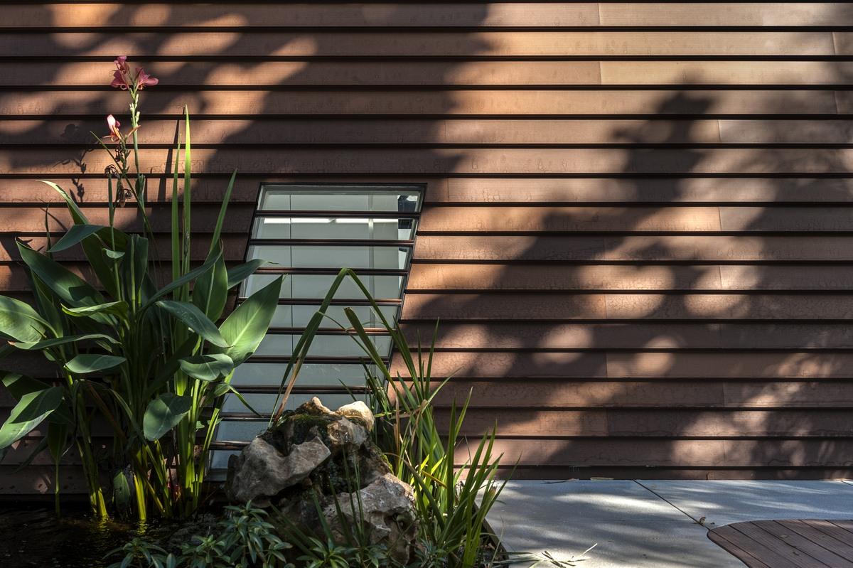 תריסי מתכת בשילוב עץ בבית אקהוייז
