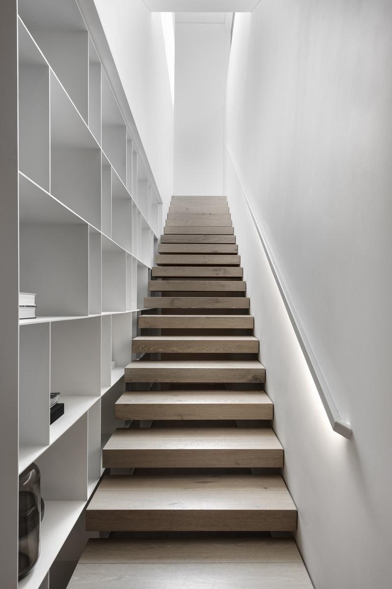 מדרגות עץ עם מעקות ברזל ומערכת מדפים מברזל