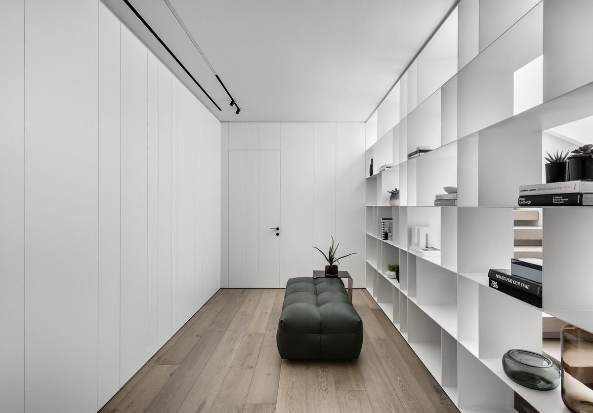 חדר קריאה עם מערכת מדפים מברזל ודום באמצע החדר