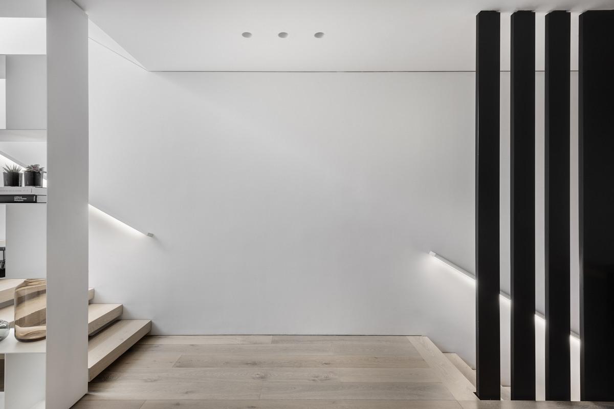 מפלס בין המדרגות עם מחיצות מברזל