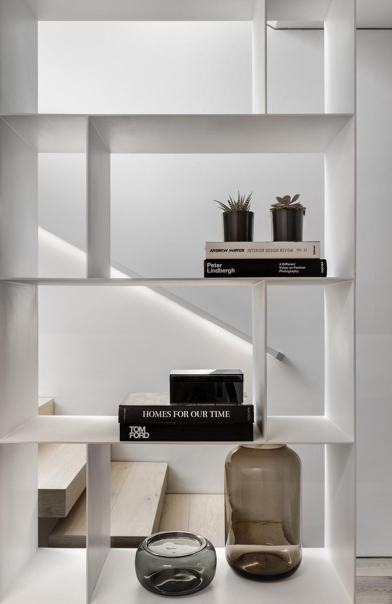 מערכת מדפים מברזל עם ווזה, ספרים וכערות מזכוכית