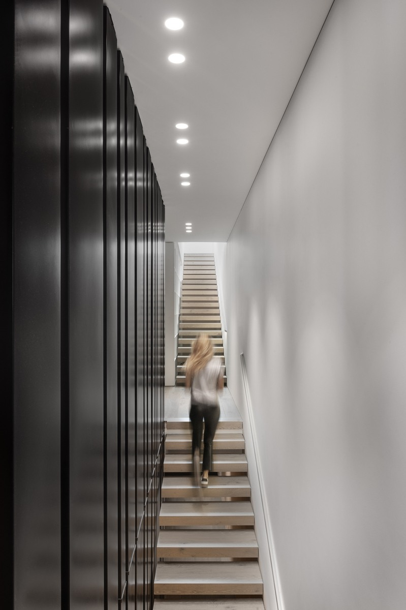 מחיצת ברזל מעוצבת לאורך מדרגות עץ
