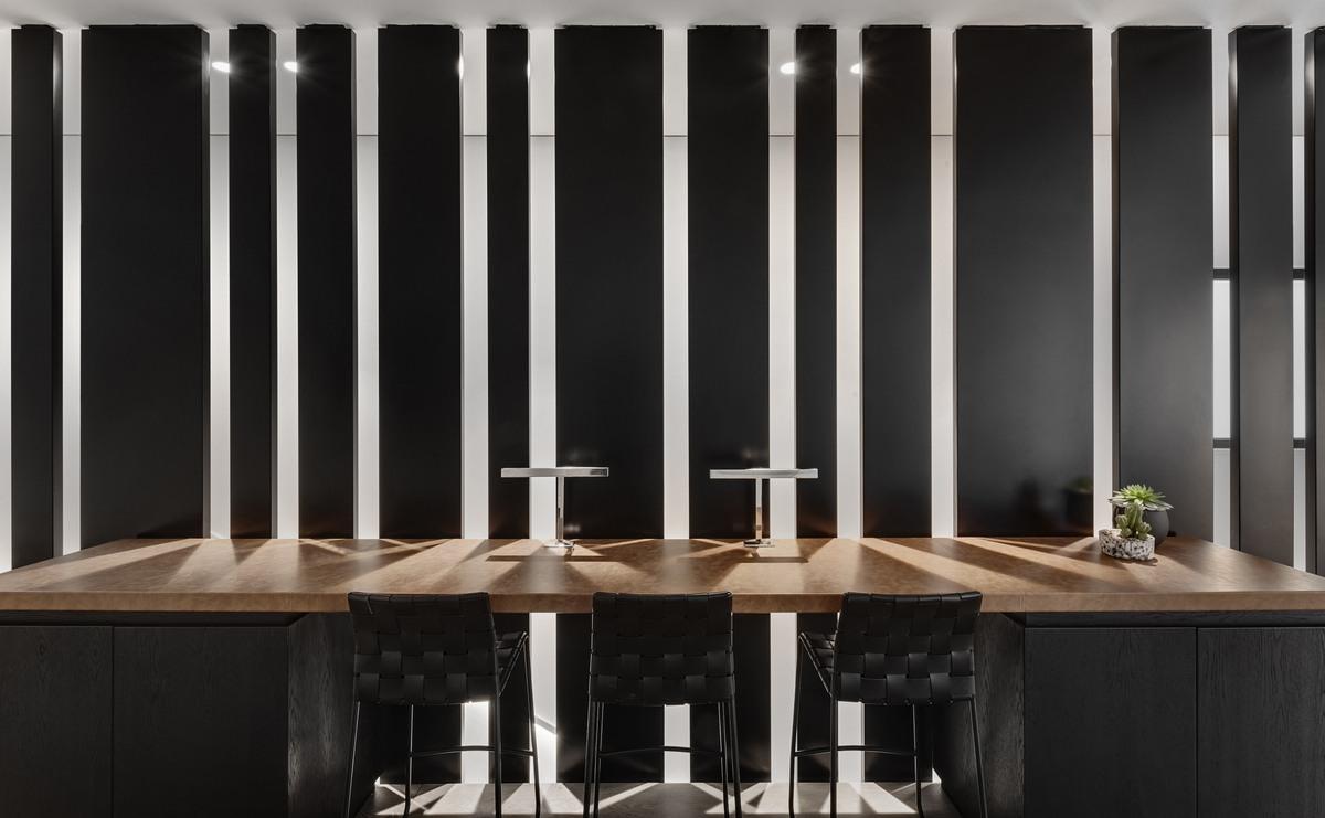 שולחן עבודה על מחיצה דקורטיבית מברזל