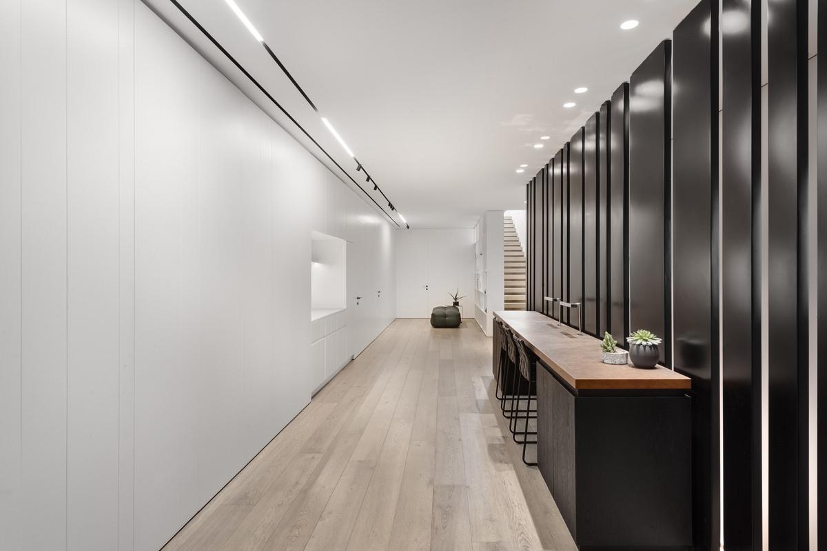 משרד הבית עם מחיצת ברזל מעוצבת