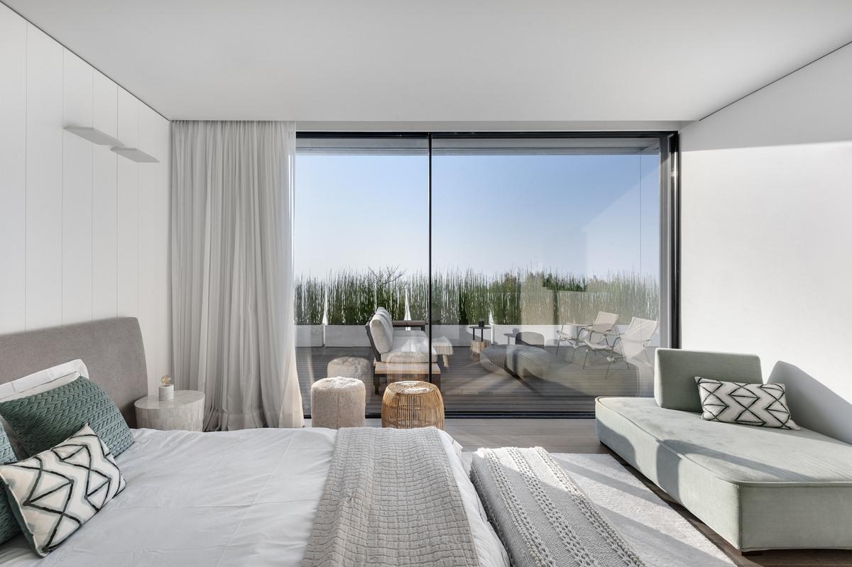 חדר שינה מעוצב עם נוף לגינה