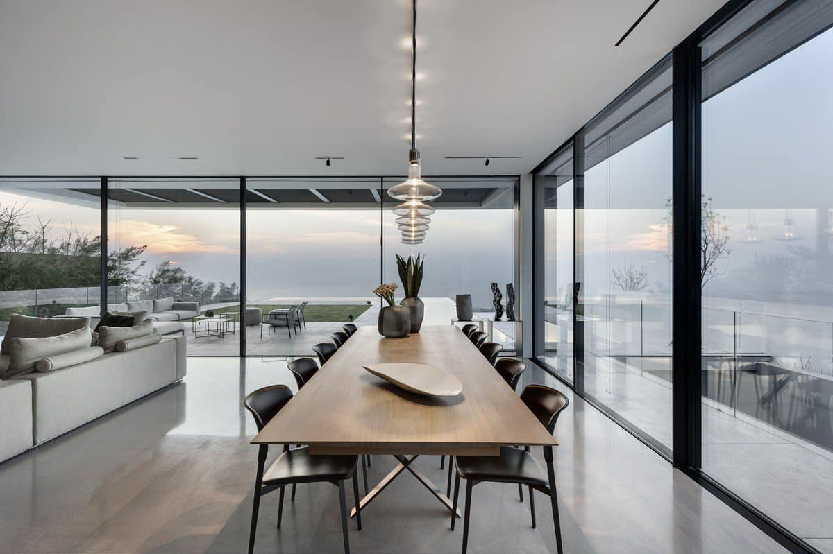 סלון בית היוקרה עם שולחן אוכל וספות