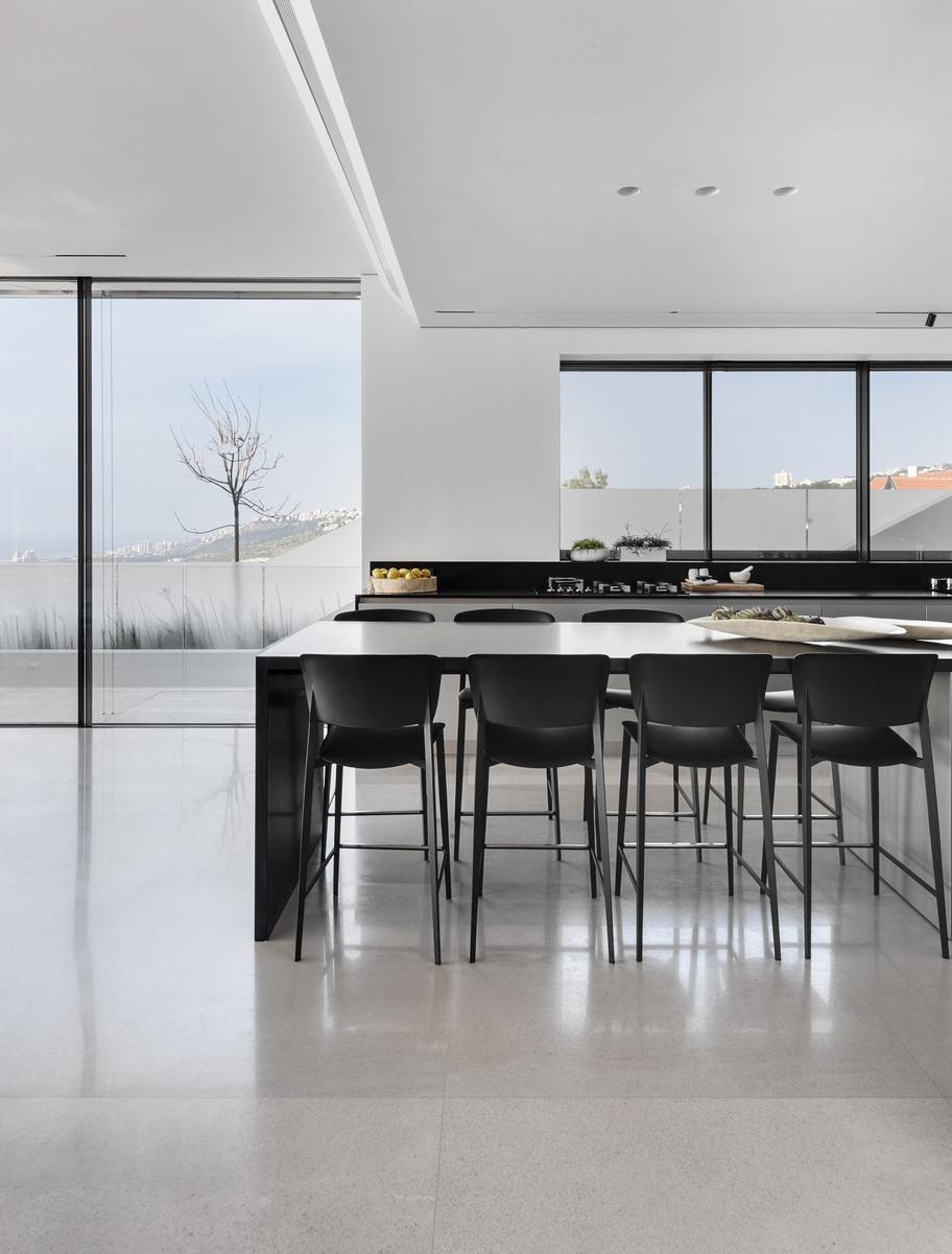 שולחן אוכל בין המטבח לסלון הבית